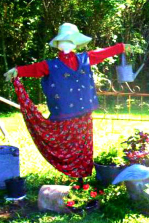 Garden Lady Scarecrow - haphazardhomemaker.com